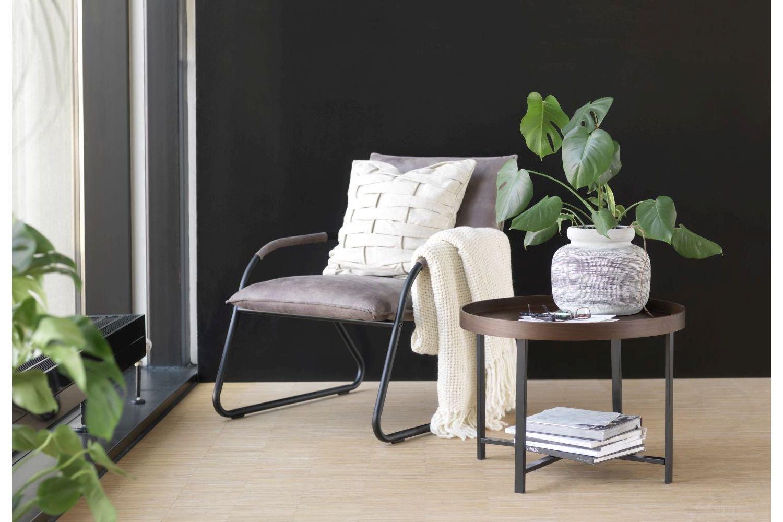 Konferenčný stolík je nevyhnutnou súčasťou každej obývačky. Ak je navyše navrhnutý tak, aby bol nadčasový a zapadol do každého štýlu, je to veľký bonus navyše! A taký je aj konferenčný stolík Marley, ktorý prichádza v trendovom minimalistickom prevedení. Je výsledkom práce dánskeho konceptu, ktorý sa snaží svojím nábytkom čo najviac priblížiť tým, ktorí ho používajú.