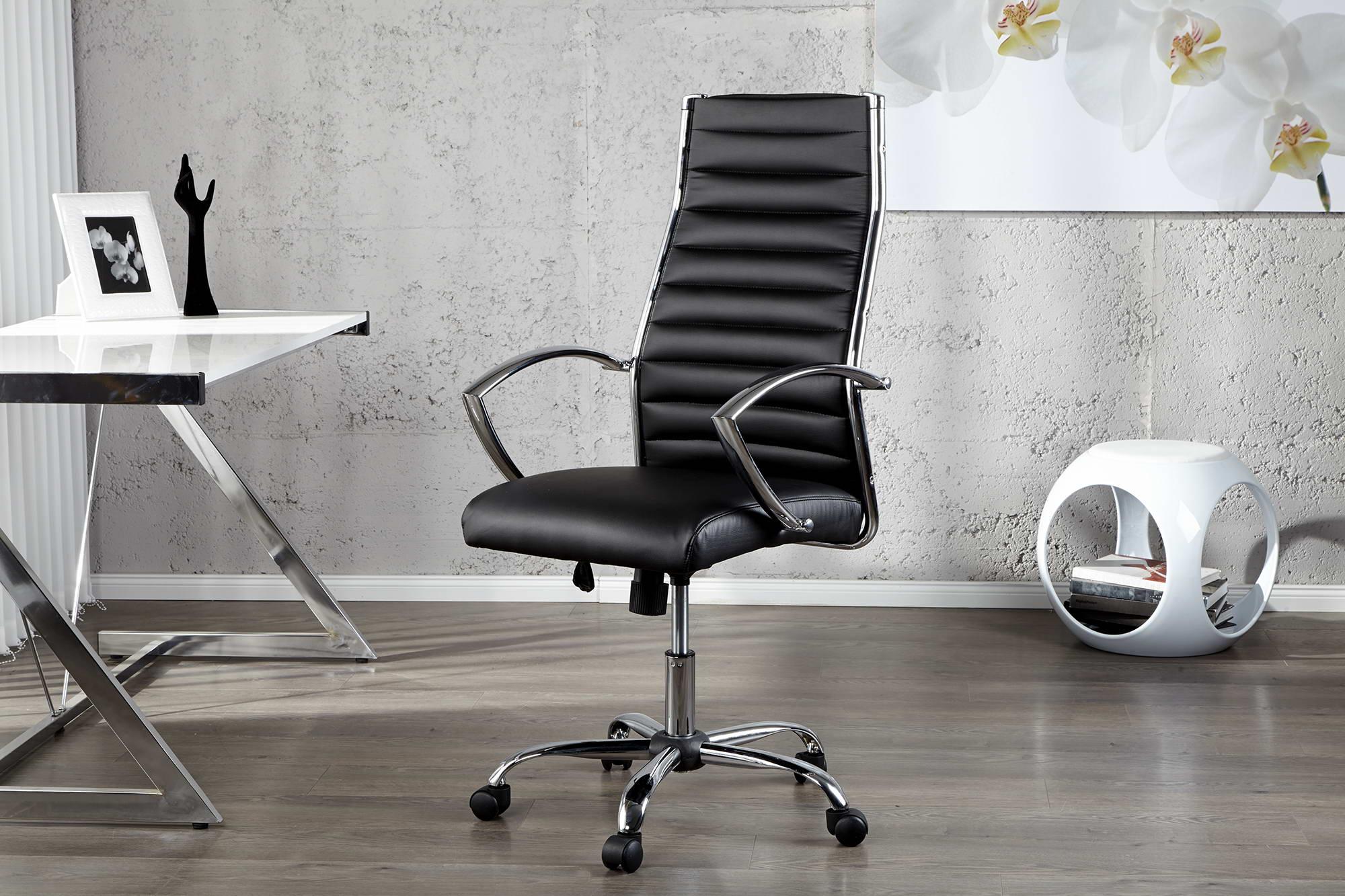 """Táto exkluzívna kancelárska stolička """"Boss"""" s opierkami v chróme vyzerá nielen elegantne, ale je takisto veľmi pohodlná a komfortná. Stolička je čalúnená čiernou syntetickou kožou. Stolička je výškovo nastaviteľná a na kolieskach. Vďaka modernému vzhľadu sa hodí nielen do kancelárie, ale aj do domácnosti. kov / syntetická koža / 100 % polyuretán"""