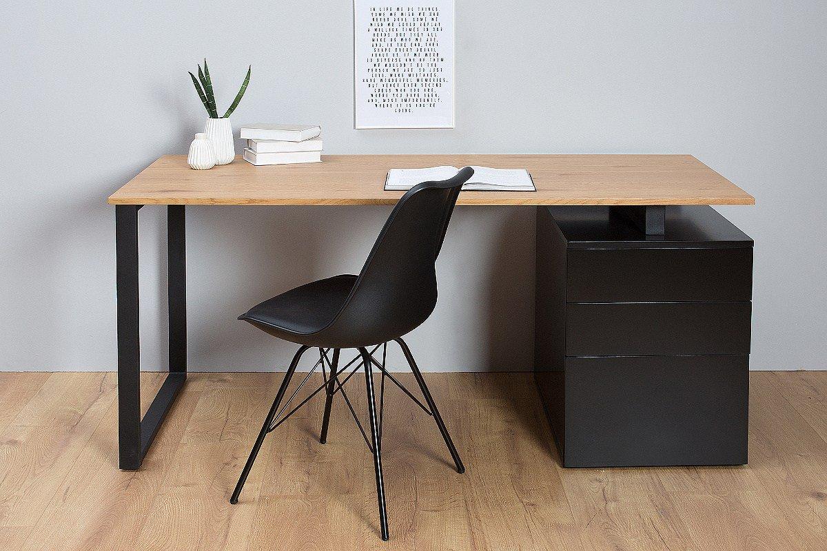Štýlový písací stôl Zayden v sebe kombinuje jednoduchosť a funkčnosť. Vytvára dokonalú harmonickú kombináciu medzi pracovnou doskou prvotriednej kvality v dubovom dekore a čiernym nosným rámom. Pracovná doska je dokonale rovná a hladká, vďaka čomu poskytuje vysoký komfort pri práci. Súčasťou stola je aj praktický zásuvkový kontajner. Obsahuje 2 plytké a 1 hlbokú zásvku.