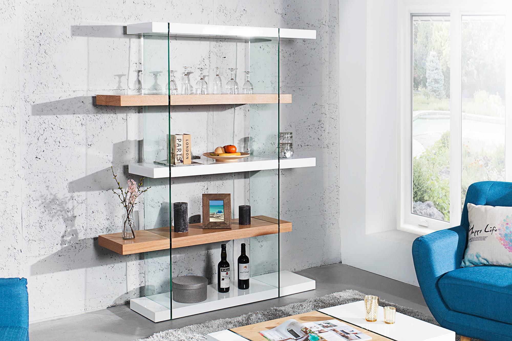 """Predstavujeme Vám moderné bývanie s naším vysoko kvalitným dizajnovým nábytkom zo série Livid. Tvar a spracovanie sú dokonale zladené s vysoko kvalitnými materiálmi skla a lesklej pravej dubovej dýhy, ktoré dodávajú regálu elegantný a jedinečný nádych. V ére Bauhausu platilo motto: """"Krása je založené na účelnosti"""". Toto tvrdenie úplne vystihuje túto dizajnovú komodu so svojím bielym lesklým povrchom."""