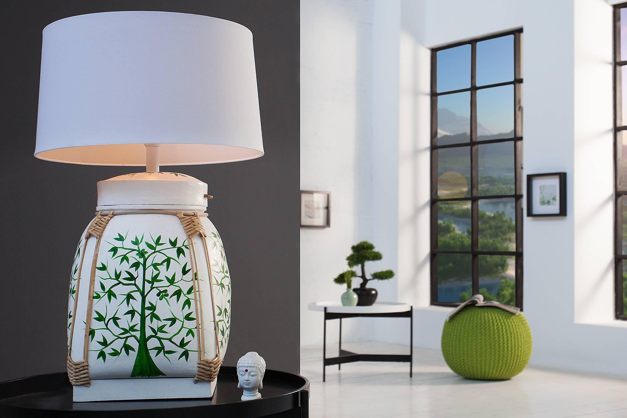 Naša stolná lampa Alyse bude jedinečným dizajnovým kúskom vo Vašom domove. Môžete ju využiť v akomkoľvek priestore. Jej prírodný vzhľad zapadne aj do obývacej izby alebo spálne. Keďže lampa je vyrobená z prírodných materiálov, môžu sa objaviť odchýlky vo vzhľade. Ale aj vďaka tomu je každý kus jedinečným výrobkom.