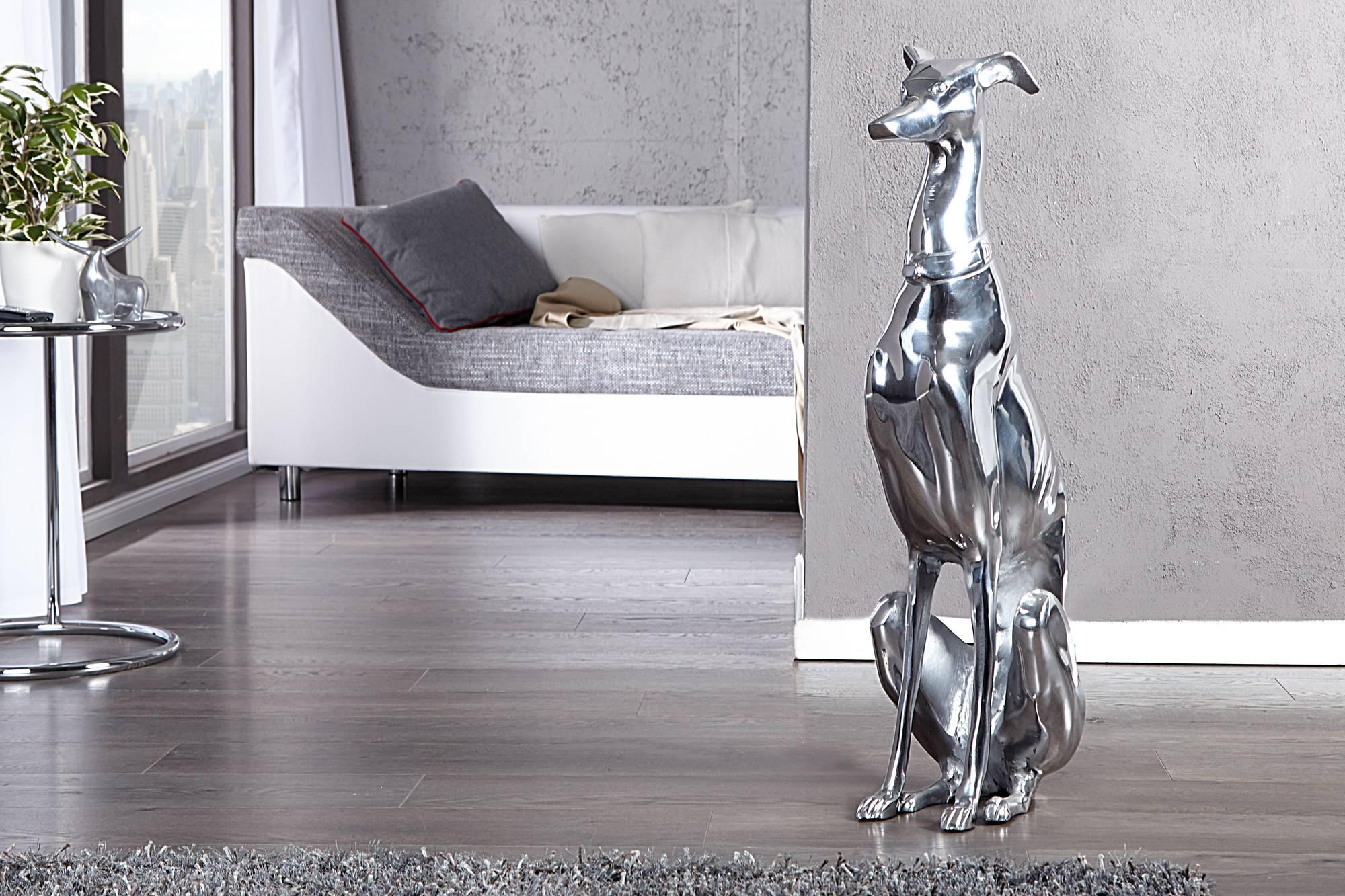 Dekorácia Calli je dizajnovým a elegantným doplnkom v každej domácnosti. Je v tvare anglického chrta, nie je však určená len pre majiteľov psov. Každý kus je vyrobený z vysoko kvalitného hliníka, ktorý sa ľahko čistí.
