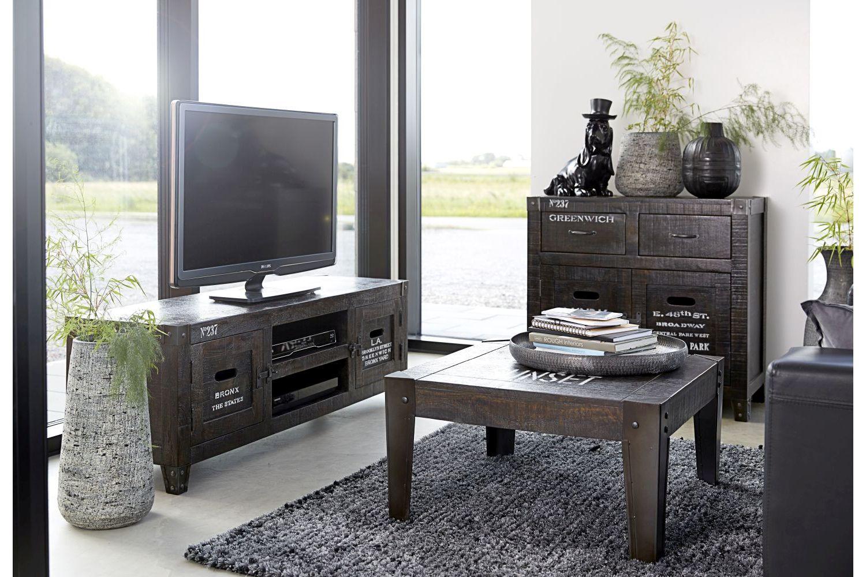 Dizajnový TV stolík Street je súčasťou dánskeho konceptu. Ten sa snaží vytvárať nábytok, ktorý sa dotkne srdca každého, kto ho bude používať. Jeho jedinečný dizajn a štýlové prevedenie je ideálne napríklad pre mladých, ktorí chcú svoj domov ozvláštniť zaujímavým nábytkom. Je vyrobený z kvalitných materiálov, vďaka čomu je jeho životnosť naozaj dlhá.