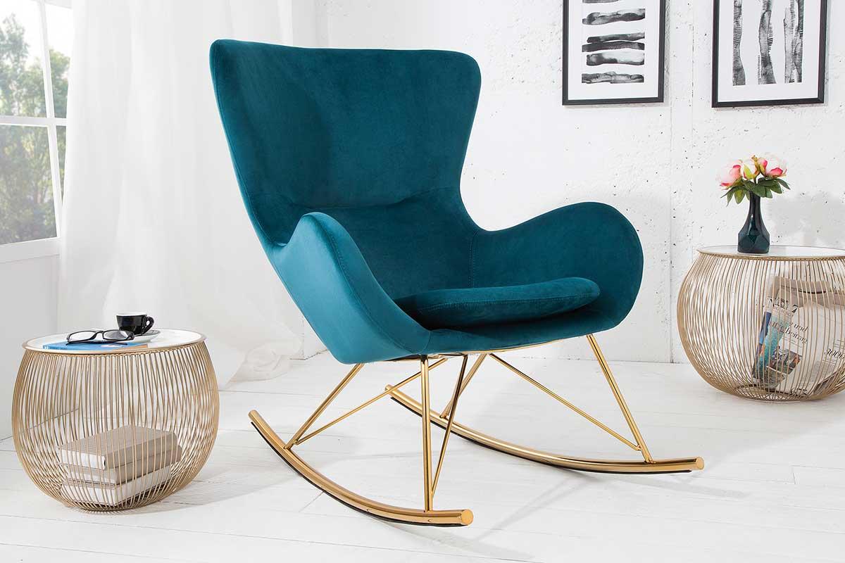 Pohodlné hojdacie kreslo Sweden v modernom škandinávskom štýle. Zakrivené kovové lyžiny v zlatej farbe predstavujú harmonický kontrast k smaragdovo zelenému poťahu kresla. Stolička sa vyznačuje komfortne čalúneným sedákom a ergonomicky tvarovanými opierkami pre optimálne pohodlie pri sedení.