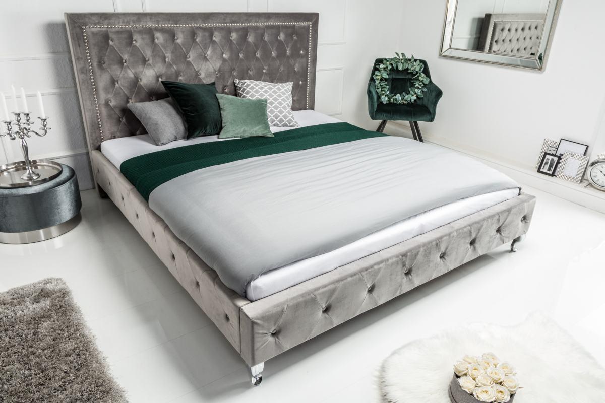 Elegantná manželská posteľ Spectacular v atraktívnom anglickom dizajne Chesterfield prinesie do vašej spálne jedinečný štýl v a optimálnu pohodu. Dizajnová posteľ zaujme luxusným vzhľadom, čistými líniami a jemnými detailmi. Vysoko kvalitné zamatové čalúnenie je na dotyk mimoriadne príjemné, strieborná farba umožňuje flexibilné kombinácie s nábytkom a doplnkami. Prešívané masívne čelo s mäkkou čalúnenou opierkou hlavy umožňuje vynikajúci komfort pri čítaní a relaxácii. Užívajte si čaro Anglicka vo vašej spálni u Vás doma!