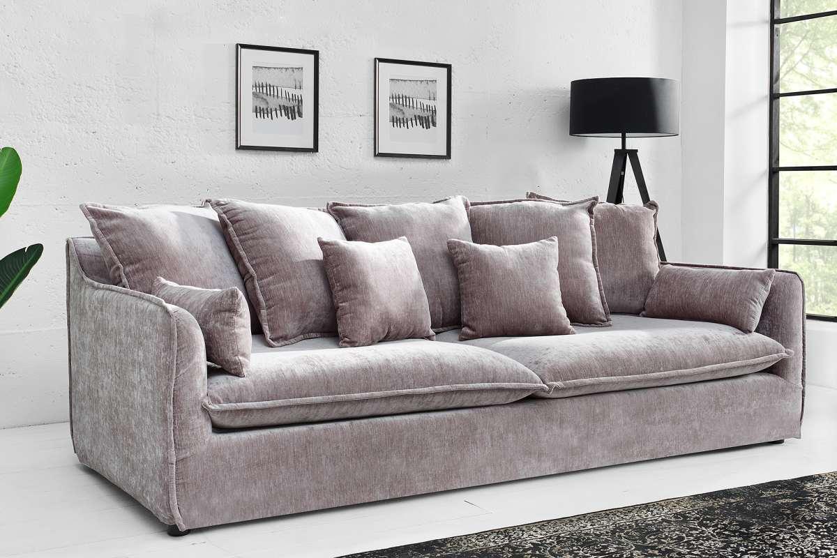 Hľadáte jedinečnú sedačku do obývacej izby, ktorá dokonale zvýrazní váš individuálny štýl? Potom je Eden presne tým, čo potrebujete. Veľká exkluzívna pohovka so lesklým zamatovým poťahom bude neprehliadnuteľným prvkom vašej domácnosti. Súčasťou sedačky sú zadné a dekoratívne vankúše, ktoré zvyšujú pohodlie pri sedení. Zároveň dotvárajú jej celkový elegantný vzhľad. Pohovka Eden kombinuje extravagantný životný štýl s útulným komfortom.