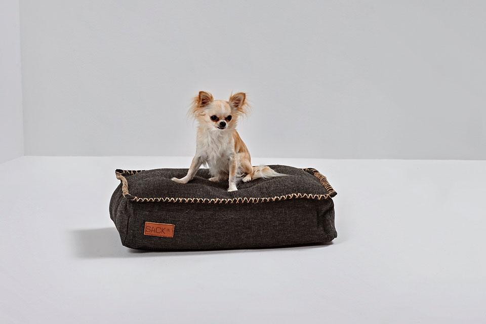 Doprajte svojim psím miláčikom dokonalé lebedenie! Ručne šitý pelech dánskej značky SACKit je vyrobený z veľmi odolného umelého vlákna a je vyplnený EPS guličkami, ktoré chlpáčovi poskytnú dostatok pohodlia. Pelech je vhodný ako do interiérov, tak na vonkajšie použitie a je možné ho čistiť vlhkou handričkou, takže aj samotná starostlivosť vám nezaberie veľa času.