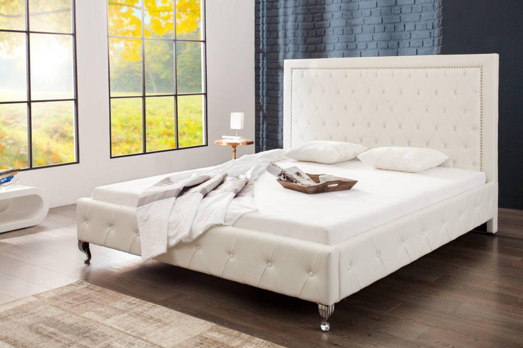 Elegantný spálňový nábytok v atraktívnom anglickom dizajne Chesterfield: manželská posteľ Spectacular Vám prinesie moderné bývanie v kombinácii s optimálnou pohodou. Prežite fascináciu čistej elegancie: dizajnová manželská posteľ zaujme luxusným pohľadom vo žiarivej bielej farbe.
