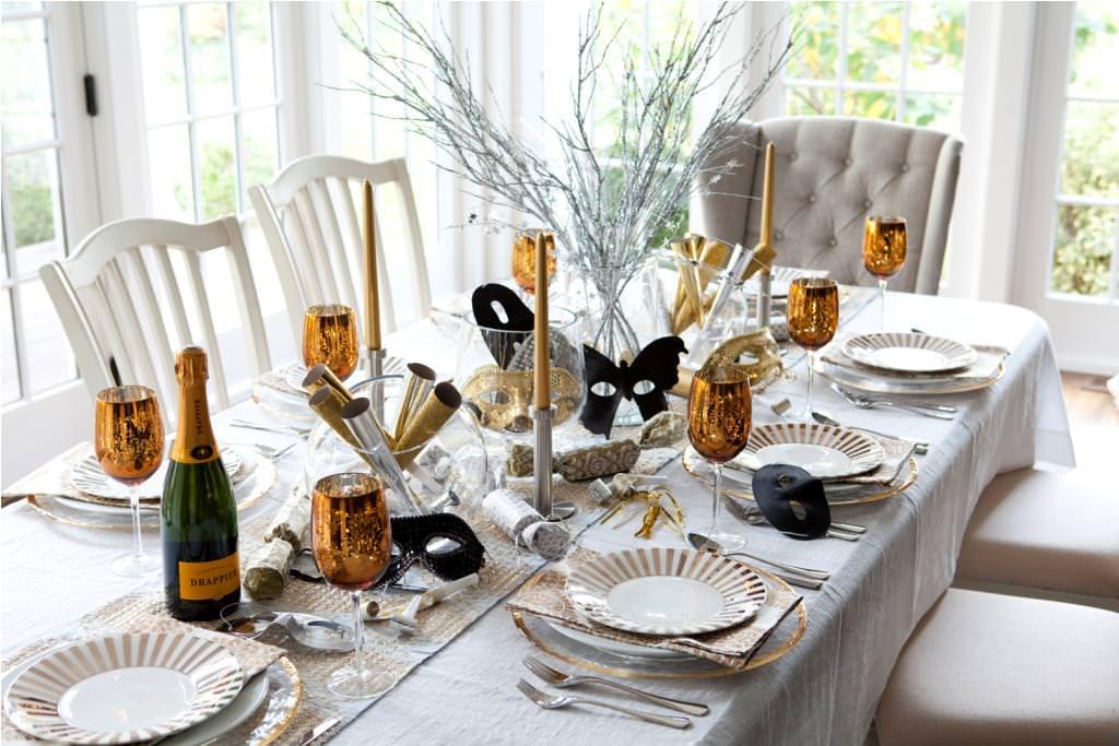 Stavte na klasickú čiernu a zlatú dekoráciu pre silvestrovský večierok