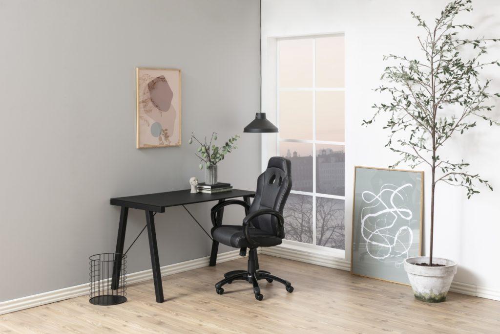 čierny písací stôl a čierna kožená kancelárska stolička