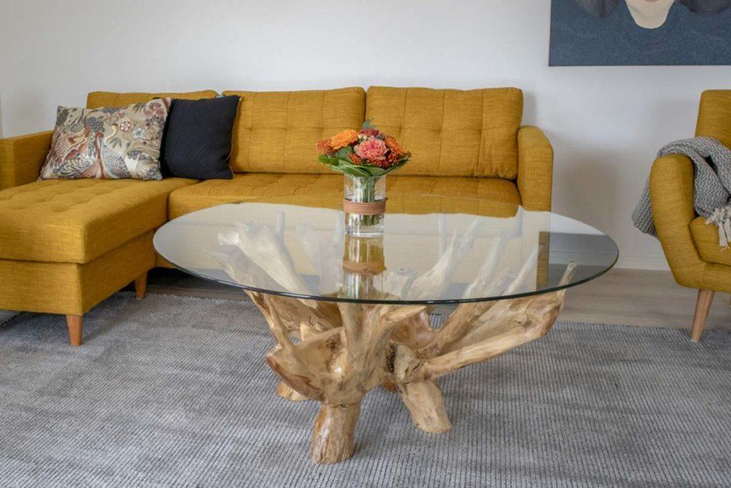 okrúhly drevený konferenčný stolík